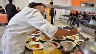 """Participantes en el 3er concurso """"Sabores y Raíces"""" elaboran sus platillos con ingredientes tradicionales"""